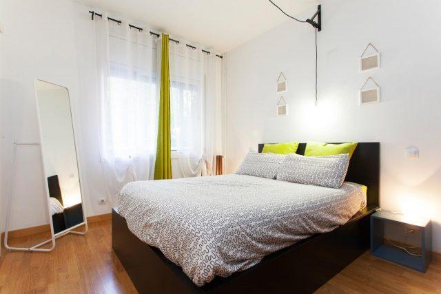 Wohnung zu vermieten in Eixample, zu sehen ist das Schlafzimmer mit einem großen Fenster und einem Doppelbett davor