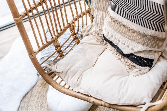 Ausschnitt des unteren Teils einer Affenschaukel, zum sitzten liegt ein weißes Kissen unten und für den Rücken ein beiges Kissen mit verschiedenen Musterstickereien