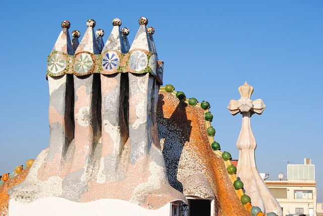 das Dach des Casa Batllo mit ausergewöhnlichen Formen und blauen und grünen Dekoratinselementen