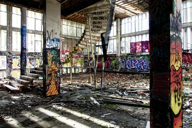 ein zerfallenes Loft mit Grafitis an den Wänden