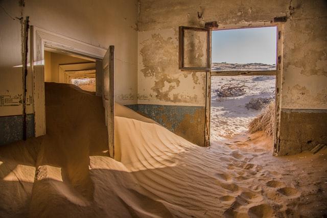 Teil eines Hauses in dem der Sand von Außen eingedrungen ist