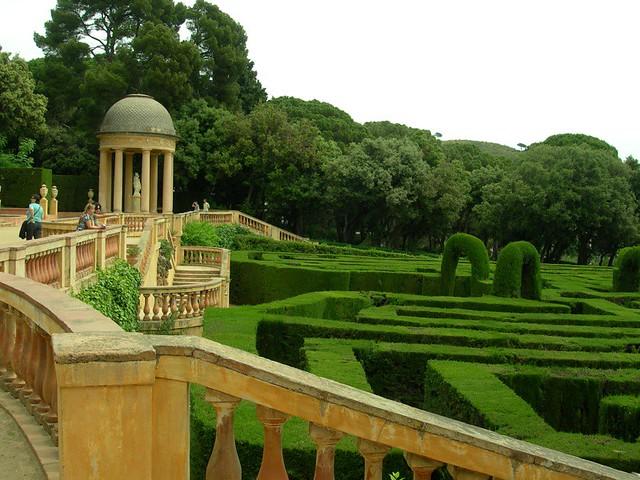 sie Terrasse eines Schlosses in Barcelona mit einem sehr gepflegtem Garten der wie ein Labyrinth geformt ist