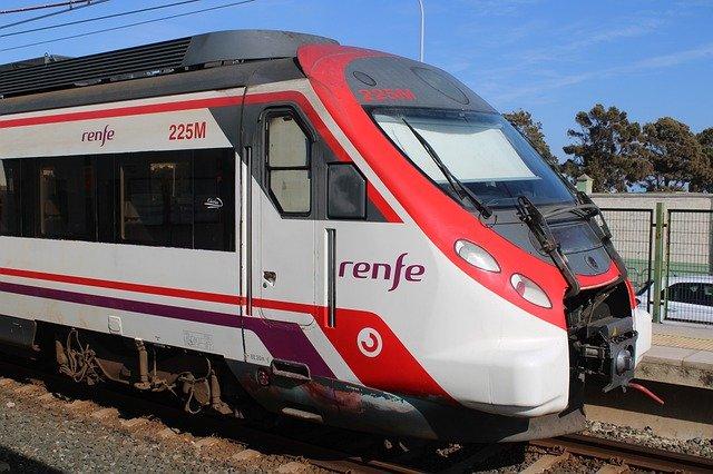 ein rot weißer Zug von Renfe