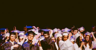 Abschlussfeier von Studenten die schwarze und weiße Togas anhaben
