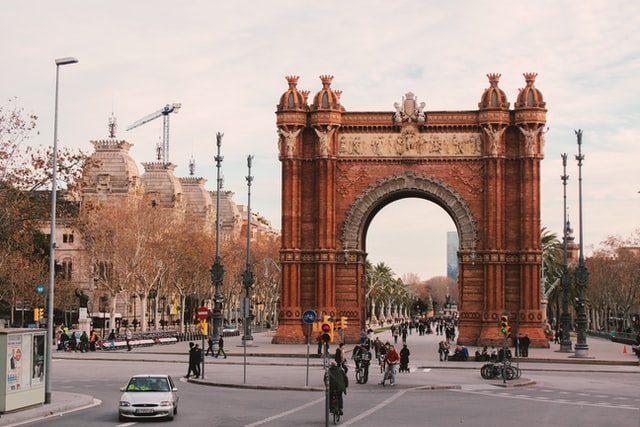 foto des arc de triumpf in Barcelona an einem bewölktem Tag