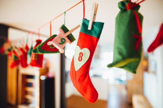 ein Adventkalender aus Weihnachtsocken der quer in einem Zimmer aufgehängt ist