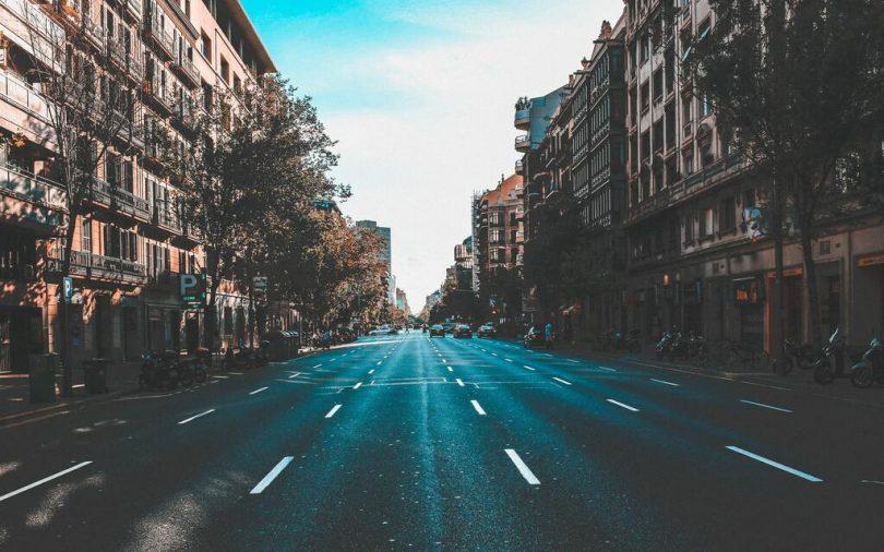 eine fast unbefahrene Allee in Barcelona