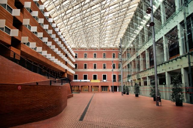 die Universität Pompeu Fabra und ihr Campus aus Glas und Ziegelsteinen in Poblenou