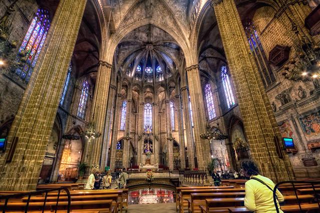 Die Kathedral von Innen mit Holzbänken, dem Altar, dem Grab unter dem Altar und die gewölbte Decke