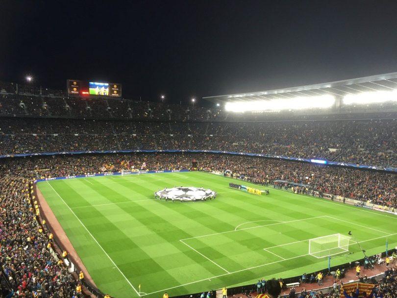das volle Stadion Camp nou bei Nacht zu Beginn eines Spiels des Madrids und Barcelonas