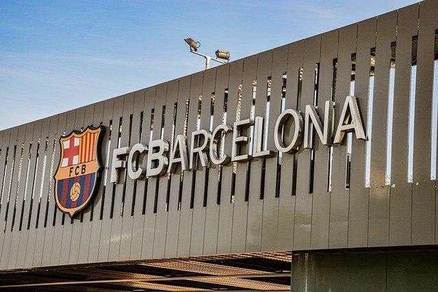 Metalwand an der das Wappen und der Name des FCBarcelonas zu sehen ist