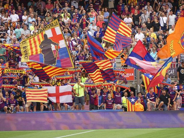 eine der Tribünen des Stadions mit FCBarcelona Fans die verschiedene Flaggen hochhalten