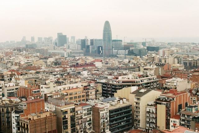 Sicht auf das Stadtviertel Eixample in Barcelona mit der Torre Agbar im Hintergrund