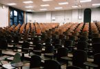 ein Universitäts Vorlesungsaal mit Holzstühlen