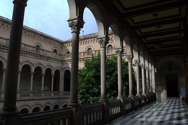 die Steinmauern und Säulen des Innenhofs einer Universität