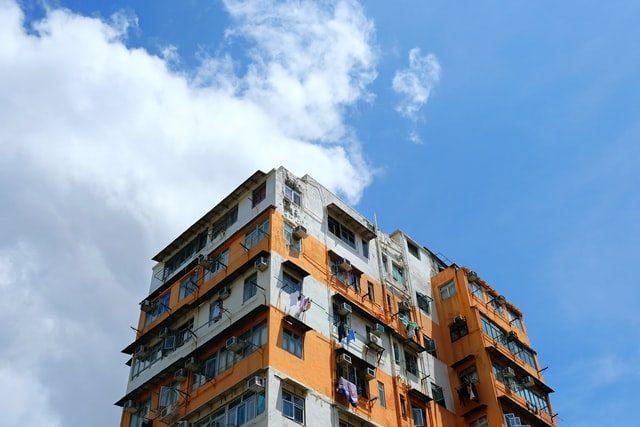 ein weiß-orangener Wohnblock