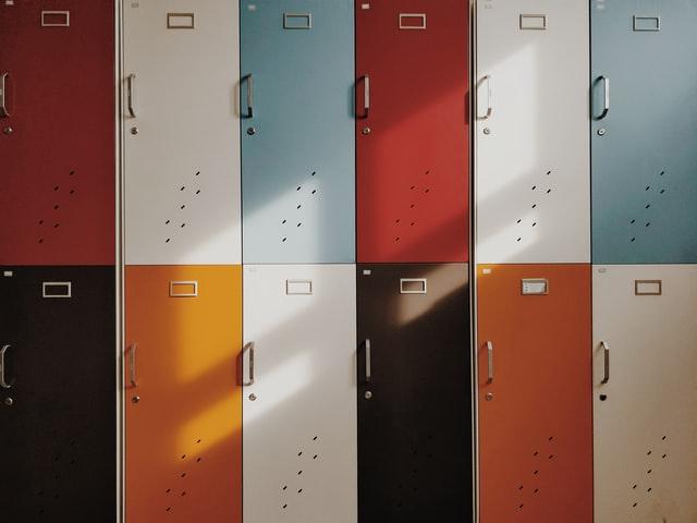verschieden farbige Schließfächer von Schülern in einer Schule