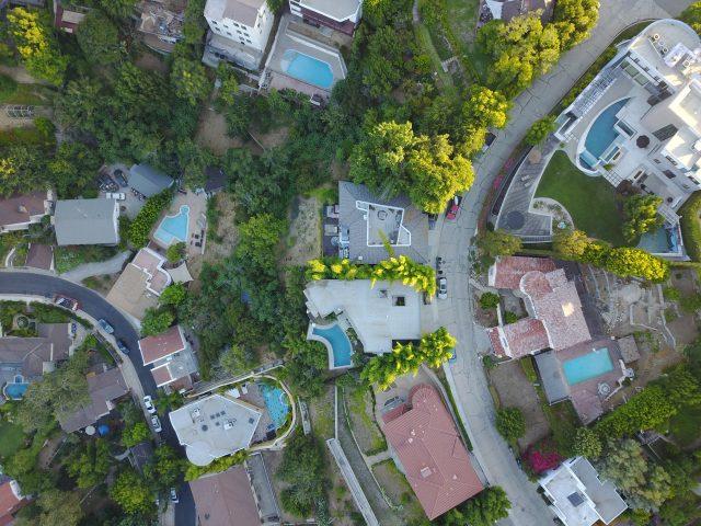 Luftaufnahme von mehreren Einfamilienhäusern in einer Urabanisation