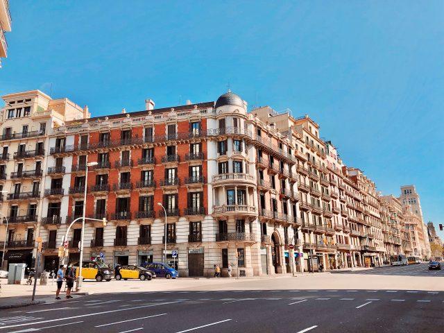 ein großer Wohnblock an einer Straßenkreuzung in Barcelona