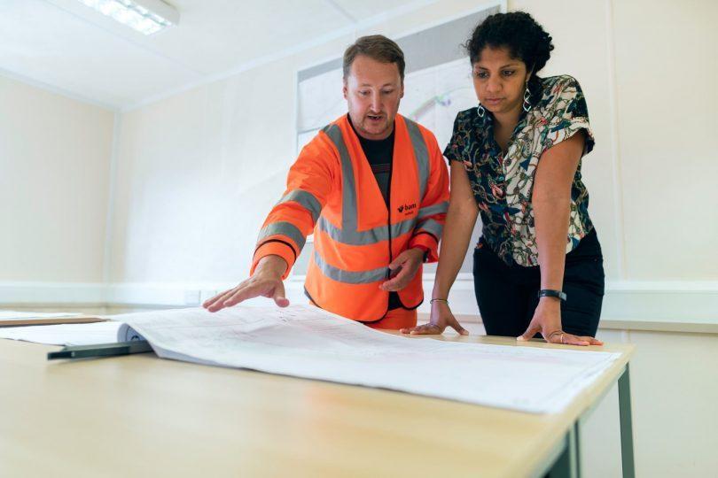meeting hausverwalterin und architekt