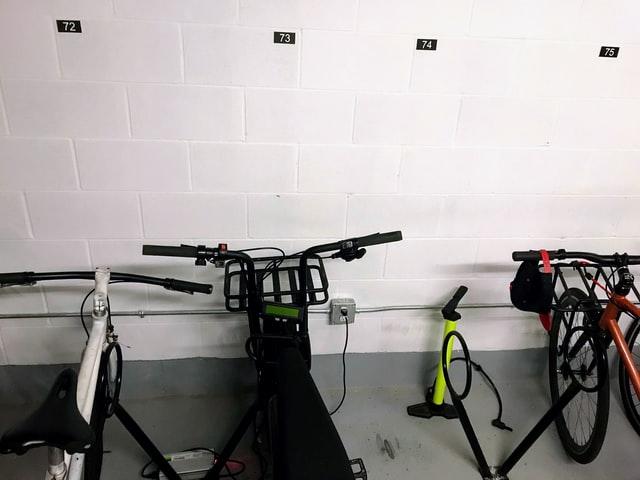 Abstellkammer für Fahrräder mit der jeweiligen Wohnungsnummer an der Wand