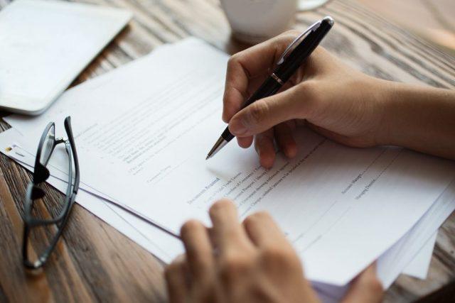 Eigentumsurkunde unterschreiben
